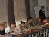 Uczestnicy oglądają materiały przywiezione przez prof. nadzwyczajnego, dr hab. Tomasza Oszako
